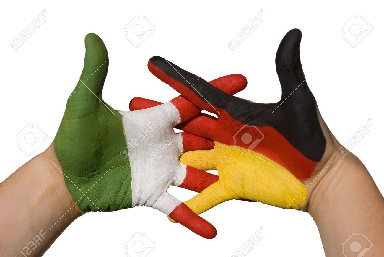 16236105-da-un-lato-con-la-bandiera-tedesca-e-una-mano-con-la-bandiera-italiana-si-stringono-la-mano-Archivio-Fotografico